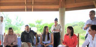 Desde la derecha se observa a la embajadora de los Estados Unidos en República Dominicana, Robin S. Bernstein durante el encuentro. Se observa detrás a Carolina Escalera, Agredada de Prensa de la Embajada.