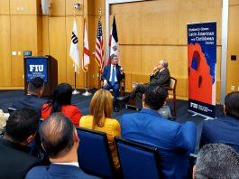 El ex presidente Leonel Fernández, mientras participa en el conversatorio en la Universidad Internacional de la Florida con Frank Mora, director del Centro de Estudios Latinoamericanos de FIU. (Foto cortesía José Záiter)