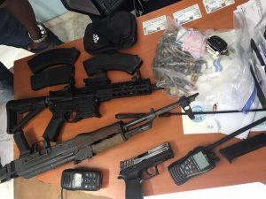 Foto de fusiles, armas y radios